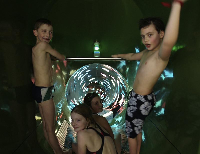 Kinder auf einer Rutsche