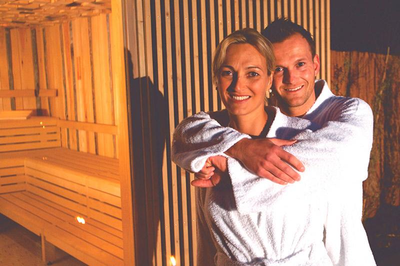 Paar im Saunagarten